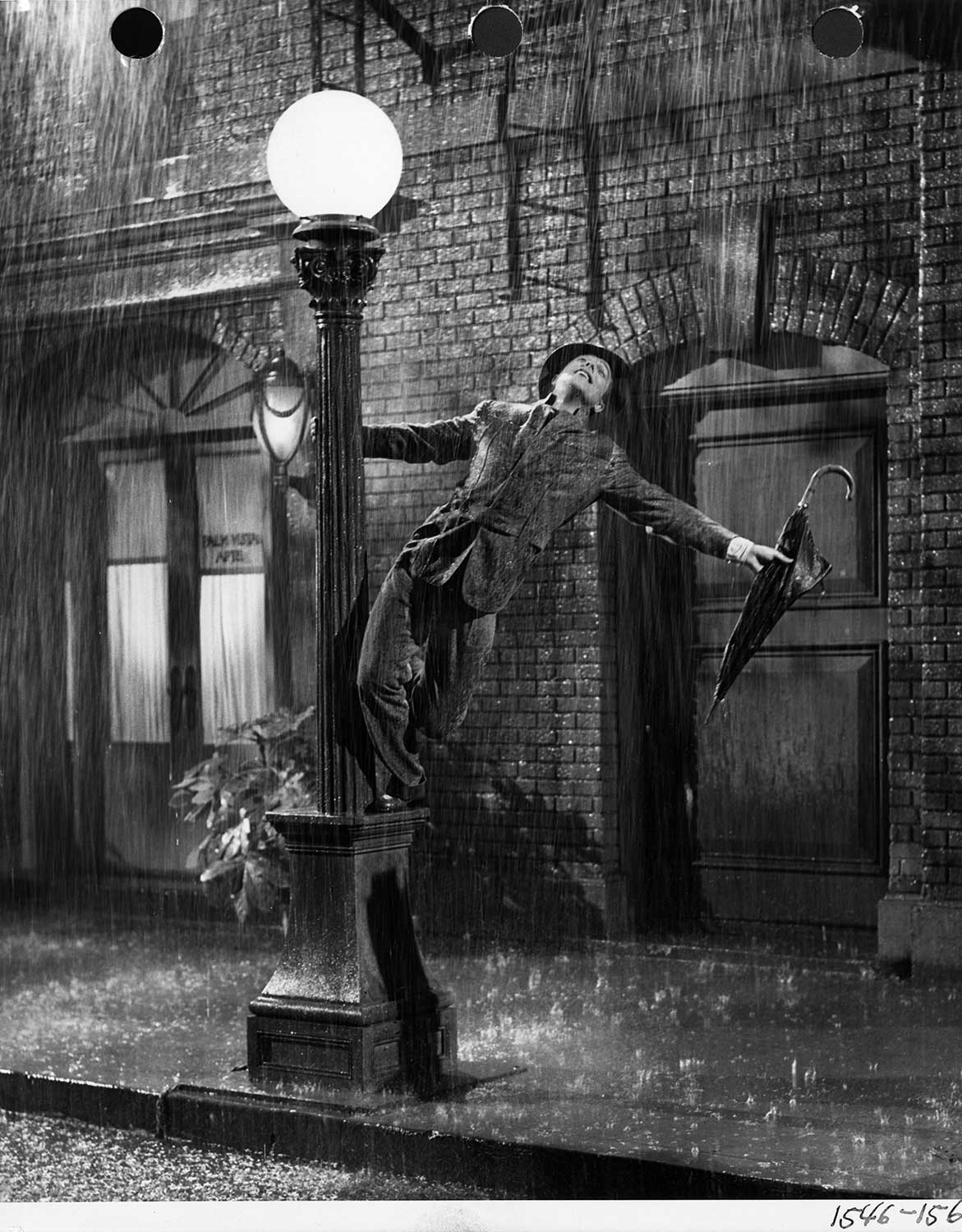 singing in the rain Simple plan - singing in the rain (letras y canción para escuchar) - i'm reading through the sunday paper and it's all bad news / i'm looking for a smile on the.